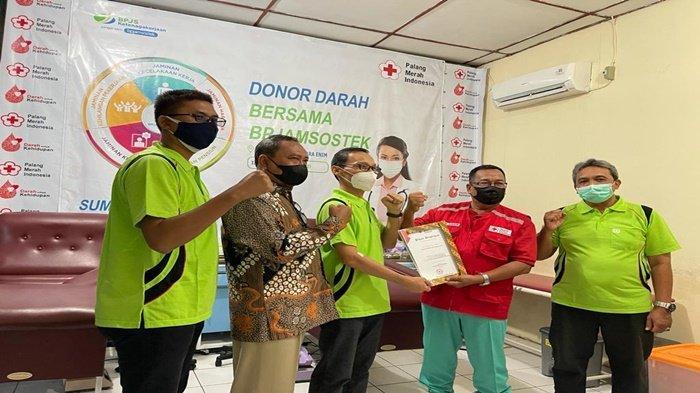 Kepala Kantor BPJAMSOSTEK Muaraenim Ruszian Dedy dan Tim PMI Muara Enim menunjukan hasil kerjasama kegiatan donor darah, Sabtu (21/8/2021).
