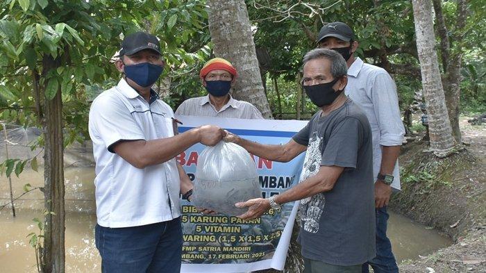Tingkatkan Ekonomi di Sekitar Perusahaan, PUSRI Beri Bantuan 10.000 Bibit Ikan Lele ke Warga