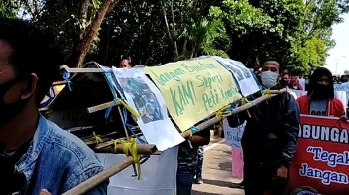 Massa Aksi Bawa Keranda Mayat Desak Oknum ASN di Pemkab Banyuasin yang Teguk Miras untuk Mundur