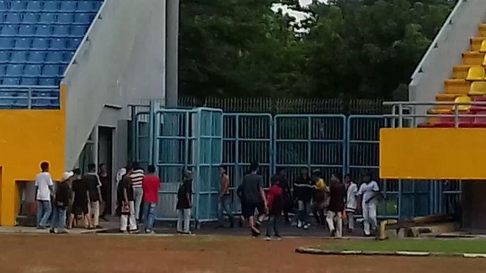 BREAKING NEWS- Laga Persahabatan Sriwijaya FC Vs Pertamina RU III Terhenti akibat Kericuhan Suporter