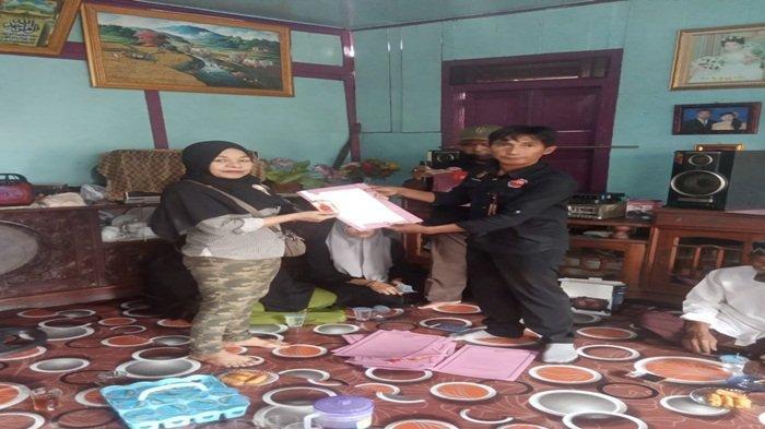 Hendra Saputra Menyerahkan Id Card Kepada Ketua dan Pengurus JPKPerintah Kota Palembang