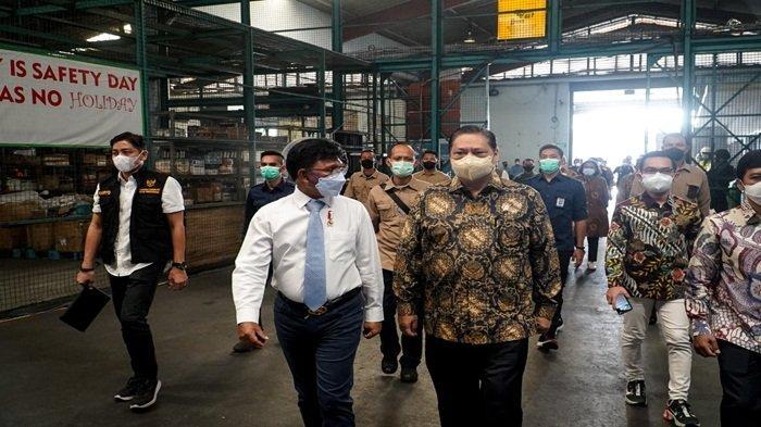 Ketua Komite Penanganan Covid-19 dan Pemulihan Ekonomi Nasional (KPCPEN) Dr Ir Airlangga Hartarto MBA MMT IPU saat menyambut kedatangan vaksin Covid -19 tahap ke-13, sebanyak 8 juta dosis vaksin Sinovac telah tiba di Bandara Soekarno-Hatta (Soetta) Banten, Selasa (25/5/2021) pagi ini.