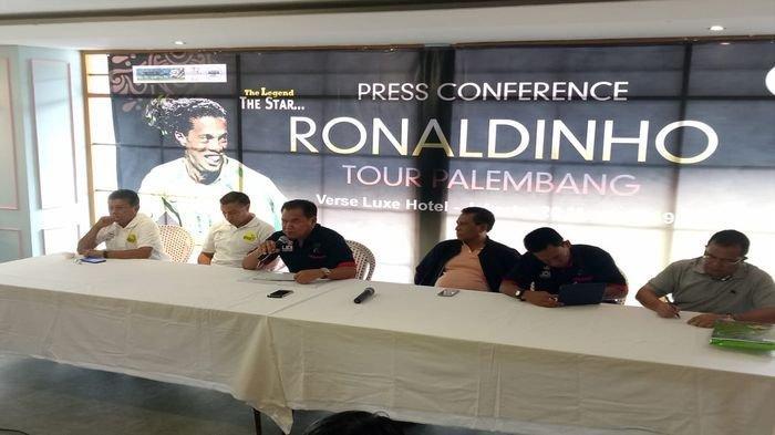 Batal Ke Palembang, Kedatangan Ronaldinho Dipindahkan Ke GBK, Ini Alasannya