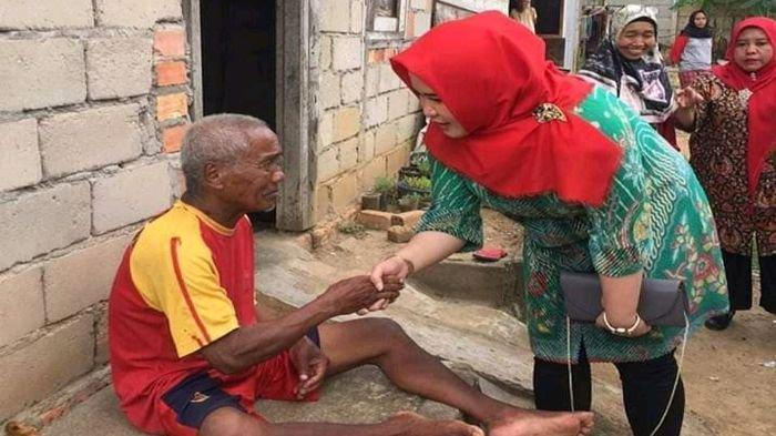 Blusukan di Kelurahan Kayuara Kuning dr Sri Fitriyanti Askolani Bagikan Beras untuk Keluarga Miskin