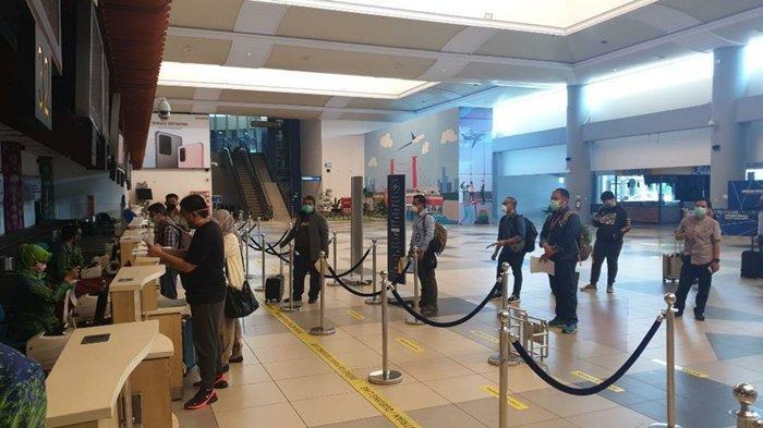 Penumpang penerbangan khusus bisnis Garuda Indonesia check in di bandara Sultan Mahmud Badaruddin II.