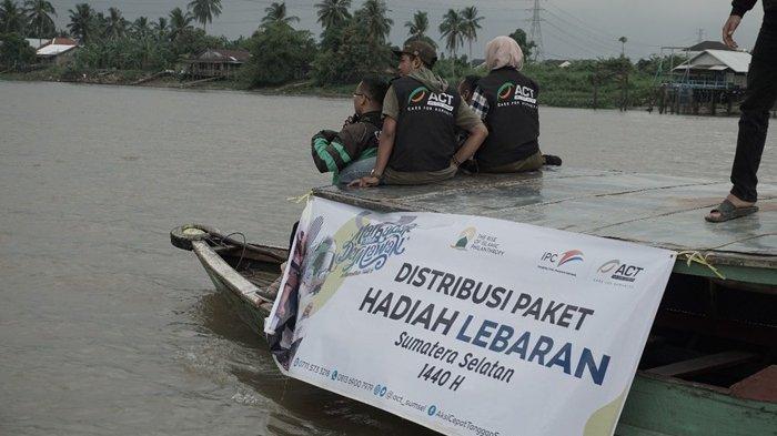 Kolaborasi Bersama PT Pelindo II, ACT Sumsel Antarkan Paket Lebaran ke Tepian Sungai Ogan