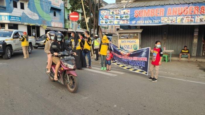 Polres Muara Enim dan Komunitas Biker, Kampanyekan Protokol Kesehatan Melalui Bagi Masker & Vitamin