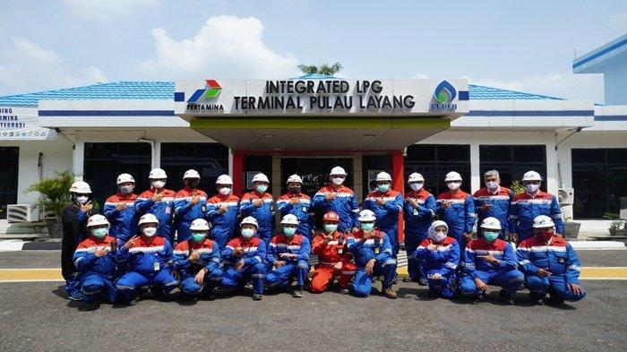 Komisaris Utama (Komut) PT Pertamina (Persero), Basuki Tjahaja Purnama (BTP) berfoto bersama di Depot LPG Terminal Pulau Layang, usai kunjungan kerja ke PT Pertamina Patra Niaga Region Sumbagsel, Senin (4/10/2021) lalu.