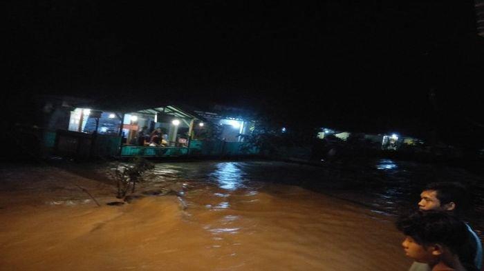 Diguyur Hujan Deras, Warga di Kelurahan Bandar Jaya Lahat Dikepung Banjir