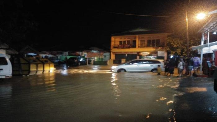 Kondisi air yang meluap membuat jalan tidak bisa dilintasi.