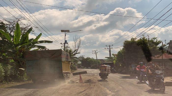 Waspada! Jalan Lintas Tengah di Musi Banyuasin Berlubang Tidak Rata, Warga Sampai Lakukan Ini