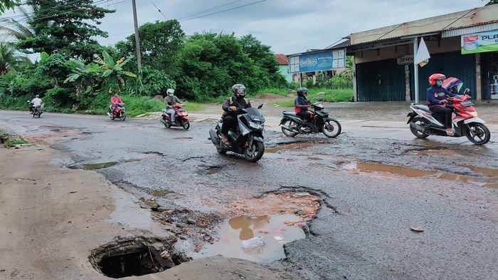 Penampakan 'Lubang Menganga' di Jalan Depan Komplek Polda Bhayangkara Sukabangun II Palembang