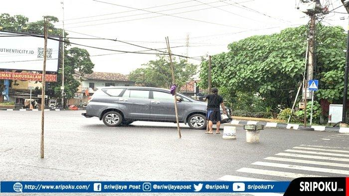 HATI-HATI Ada Kabel Terjuntai di Simpang 4 Radial Palembang, Diminta Waspada, Sangat Berbahaya!