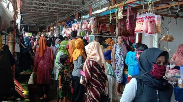 Warga Berjubel Memadati Pasar Kayuagung OKI untuk Membeli Kebutuhan Lebaran, Kue Lebaran Laris