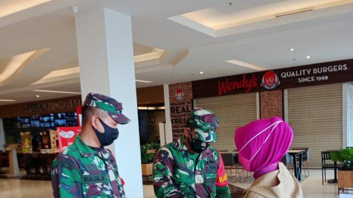 Dua Babinsa Koramil Sukarami Monitoring Penegakan Protokes di Mal