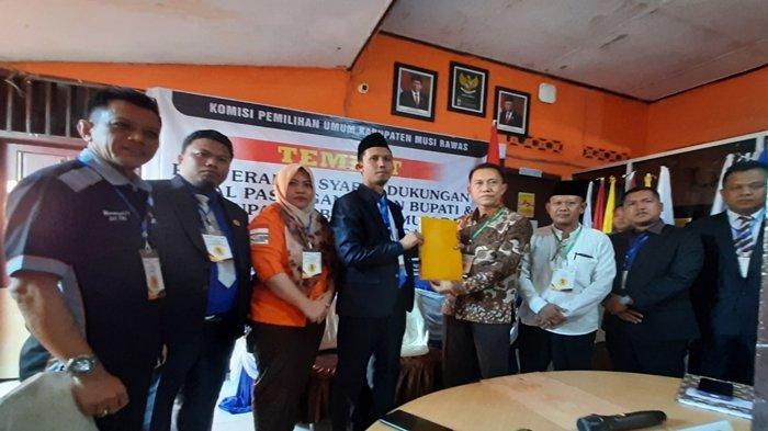 Akmaludin-Triono Bawa Berkas 30.735 Syarat Dukungan Pencalonan Jalur Perseorangan ke KPU Musi Rawas