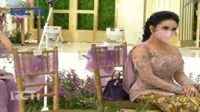 Krisdayanti di acara lamaran Atta Halilintar dan Aurel Hermansyah.