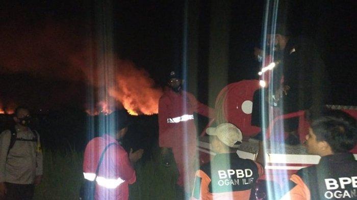 Kapolsek Pemulutan & Kepala BPBD Ogan Ilir BErjibaku Padamkan Kebakaran Lahan 1 Hektar Selama 6 Jam