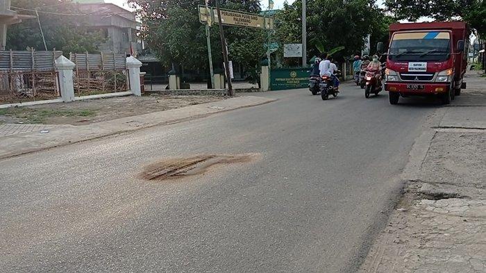 Tawa Berujung Tangis, Pengendara Meninggal Tertabrak Truk di Sako Palembang & Dievakuasi Pakai Becak