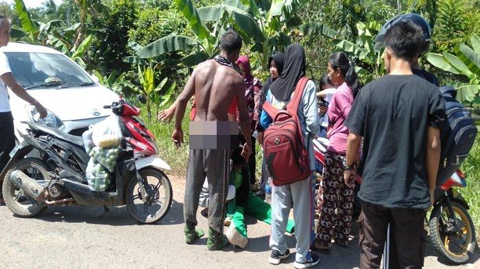 Kecelakaan di Banyuasin, Seorang Siswi Terkapar di Tengah Jalan dan Diangkut ke Dalam Mobil