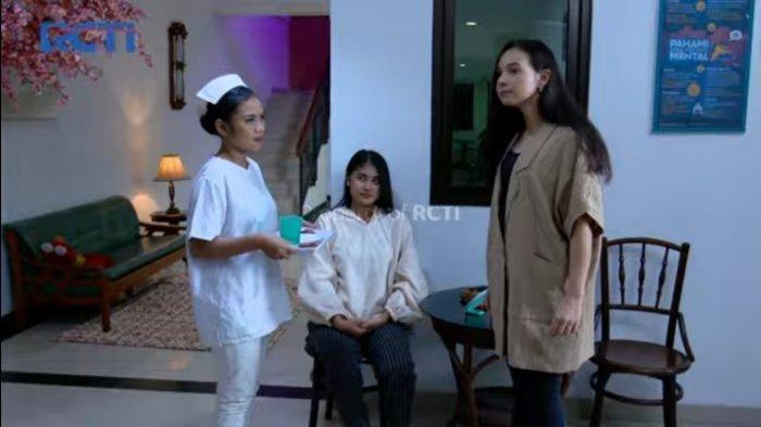 Larasati Nugroho sebagai Jessica berkeliling di selasar rumah rehabilitasi jiwa