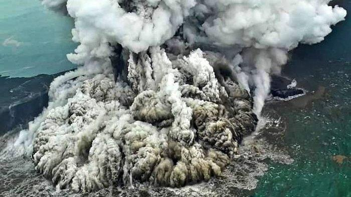 Suara Dentuman Keras dan Kilatan Gunung Anak Krakatau Terjadi Sepanjang Hari Ribuan Warga Dievakuasi