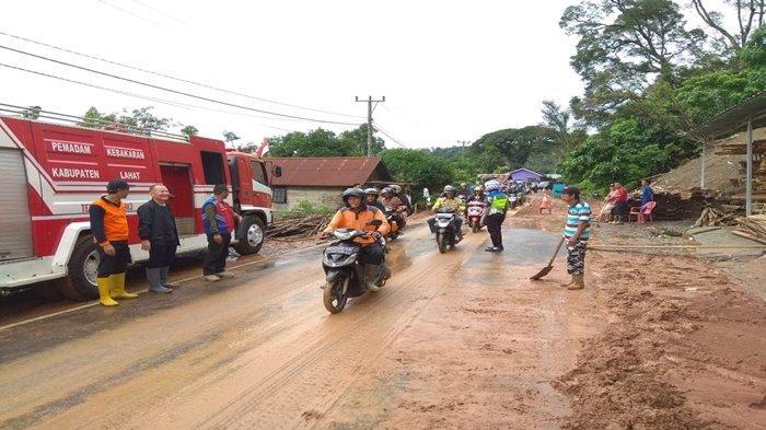 Meski Sudah Normal, Jalan Lintas Lahat Pagaralam di Muara Siban Masih Licin Pasca Tertutupi Lumpur