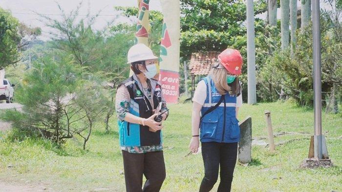Lindawati Marpaung bersama rekannya memantau jaringan listrik di wilayah Kabupaten Ogan Ilir