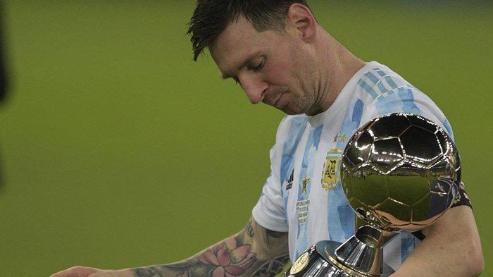 Megabintang Argentina, Lionel Messi saat menenteng trofi Copa America 2021. Argentina sukses keluar sebagai juara usai menekuk Brasil di partai final, dengan skor 1-0, Minggu (11/7/2021).