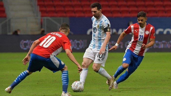 Kapten Timnas Argentina, Lionel Messi saat menggiring bola dan dihadang oleh 2 pemain Paraguay, dalam laga lanjutan Copa America 2021 Argentina vs Paraguay, Selasa (22/6/2021) pagi WIB. Dalam laga tersebut, Argentina menang dengan skor tipis 1-0.