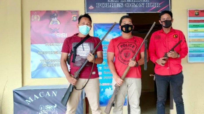 Personil Polres Ogan Ilir menerima penyerahan tiga pucuk senpira jenis Locok dari warga asal dua desa berbeda.