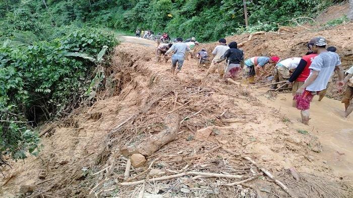 4 Kecamatan di OKU Selatan Lumpuh Akibat Longsor, Penumpang Travel Tidur di Mobil