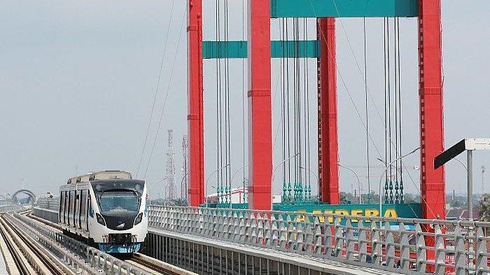 Kereta LRT Palembang melintas di samping Jembatan Ampera menuju Stasiun LRT Ampera. Kini moda angkutan LRT telah terintegrasi dengan moda angkutan Trans Musi dan Damri. Naik Damri ke Trans Musi dan LRT satu tarif. SRIPO/SYAHRUL
