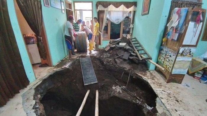 BOLA MATA Supadiyo Nyaris Keluar, 16 Tahun Dirikan Rumah, Ruang Tamu Hilang,Tinggalkan Lubang Besar