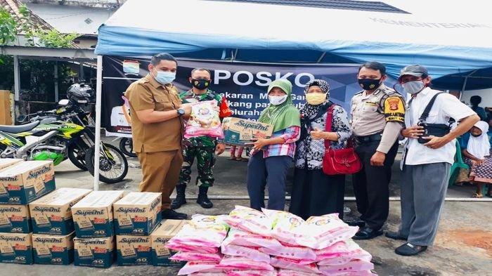 Forum RT/RW Kelurahan Bukit Lama, Serahkan Beras dan Mie Instan Pada Korban Kebakaran di Pasar Gubah