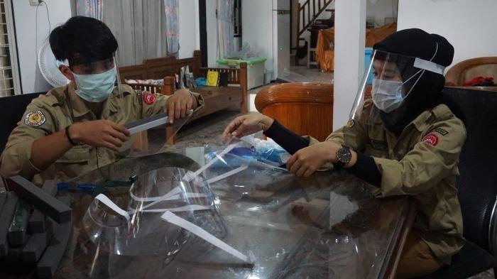 Mapala Palaspa Universitas PGRI Produksi Pelindung Wajah Untuk Dibagikan ke Petugas Medis