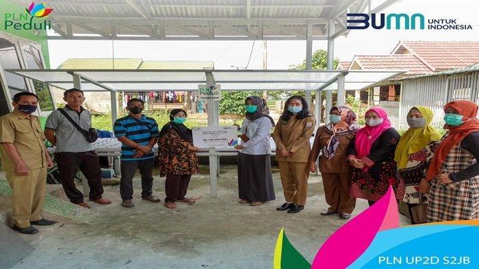 Manager PLN UP2D S2JB diwakili Manager Bagian KSA Ria Derivatif menyerahkan, bantuan sebesar Rp 100 juta, untuk pembelian 24 Buah Bak Sampah, 1 Unit Motor Sampah, 6 Unit Instalasi hidroponik serta perlengkapan pengemasan hidroponik diterima secara simbolis oleh Ketua Kelompok Masyarakat di Kampung KB Sriwijaya, Ratna Dewi