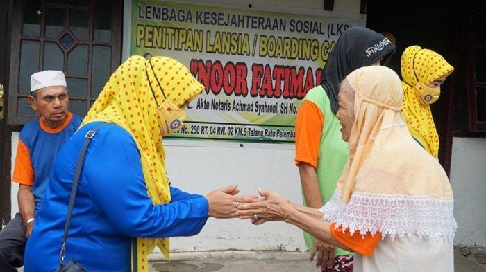 Manajemen UIW S2JB YBM berjabat tangan dengan salah satu lansia didampingi perwakilan PIKK UIW S2JB