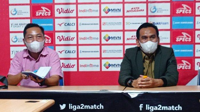 Manajer Sriwijaya FC Hendriansyah ST MSi (kanan) didampingi Sekretaris Tim Rizky Perdana ST mengumumkan nama pemain baru yang siap memperkuat pada Kompetisi Liga 2, Senin (20/9/2021)
