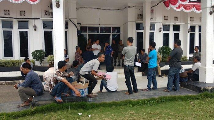 Puluhan Warga Datangi Pemkab Muratara, Terkait Masalah Kades yang Ditahan di Lapas