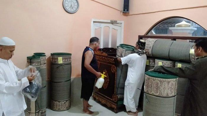 BERITA FOTO : Warga Inisiatif Bersihkan Masjid Darussadah Kenten Laut Banyuasin