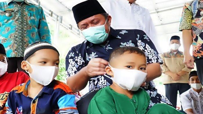 Gubernur Sumsel Herman Deru Ajarkan Protokol Kesehatan ke Anak-anak di Masjid Baitul Mukminin Gandus