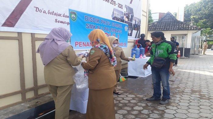 SMK Negeri 3 Palembang Bagikan 200 Masker dan Hand Sanitizer Hasil Karya Sendiri