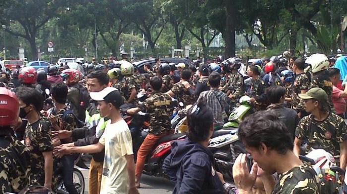 Puluhan Pengendara Motor Berpakaian Loreng Sambangi Gedung MK