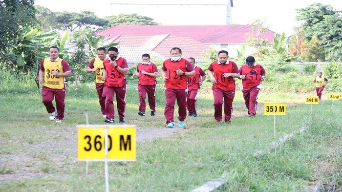 Materi tes kesamaptaan jasmani kategori A, lari sejauh 2.400 meter yang diikuti personil kepolisian Polda Sumsel yang diawasi oleh Tim Penilai Polda Sumsel, Jumat (10/9/2021).