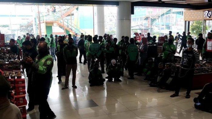 KERUMUNAN Ojol di McD Tak Terkendali, Aplikasi BTS Meal Dicancel: Polisi-Pol PP Turun Tangan