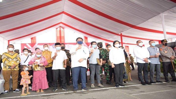 Menteri Koordinator Perekonomian Dr Ir H Airlangga Hartarto MMT MBA didampingi pedagang kaki lima dan warung berfoto bersama usai melaksanakan penyaluran bantuan tunai di Kota Medan, Sumatera Utara, Kamis (9/9/2021).