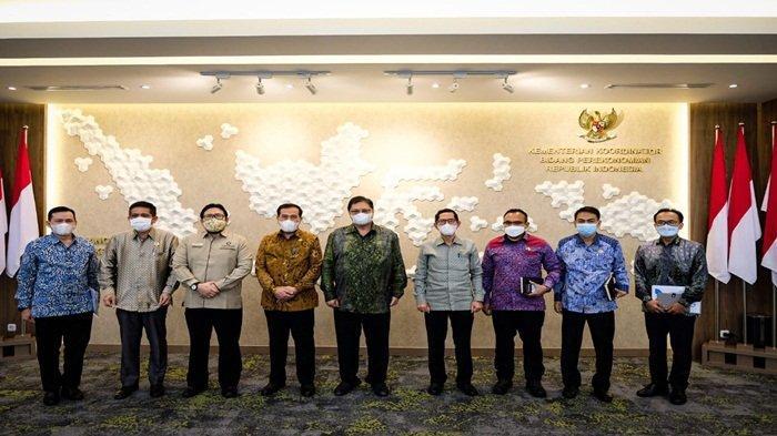 Menteri Koordinator Bidang Perekonomian Dr Ir Airlangga Hartarto MBA MMT IPU berfoto bersama jajaran Ombudsman Republik Indonesia (RI) di kantor Kemenko Perekonomian, Selasa (18/5/2021)