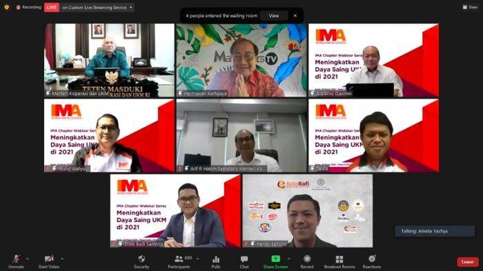 Menteri Koperasi dan UKM Drs. Teten Masduki (kiri atas), President Indonesia Marketing Association (IMA) Suparno Djasmin (kanan atas), Honorary Founding Chairman of IMA Hermawan Kartajaya (tengah atas) dan Sesmen KUKM Arif Rahman Hakim (tengah) berfoto bersama pengurus IMA Pusat dan chapter serta pembicara Didik B. Santoso sebagai Direktur Utama PT Metranet (kiri bawah) dan Hendy Setiono sebagai Founder and Group Chief Executive Officer (CEO) of Baba Rafi Enterprise (kanan bawah).