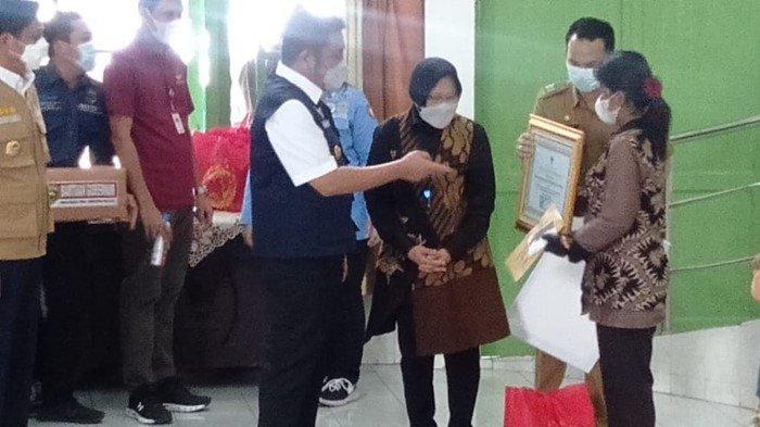 'Komang Ini Kusuma Bangsa' Mensos Risma Beri Santunan Ahli Waris Korban KKB Papua di Sumsel
